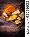 チーズの盛り合わせと葡萄 62069932