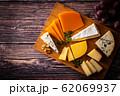 チーズの盛り合わせと葡萄 62069937