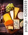 チーズの盛り合わせと葡萄 62069939
