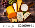 チーズの盛り合わせと葡萄 62069941