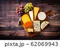 チーズの盛り合わせと葡萄 62069943