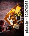 チーズと赤ワイン 62070368