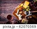 チーズと赤ワイン 62070369