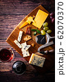 チーズと赤ワイン 62070370