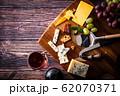 チーズと赤ワイン 62070371