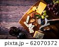 チーズと赤ワイン 62070372