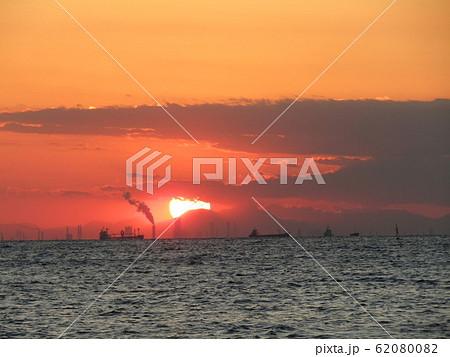 稲毛海岸から見た日没中の夕焼け 62080082