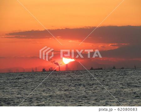 稲毛海岸から見た日没中の夕焼け 62080083