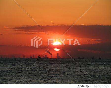 稲毛海岸から見た日没中の夕焼け 62080085