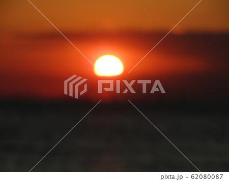 稲毛海岸から見た日没中の夕焼け 62080087