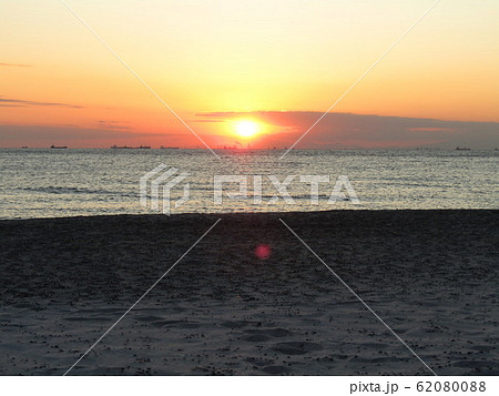 稲毛海岸から見た日没中の夕焼け 62080088