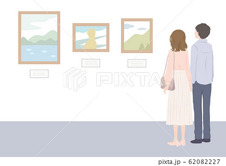 美術館で絵画鑑賞するカップル 62082227