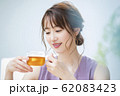 女性 マグカップ 飲み物 ティータイム 62083423