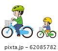 自転車に乗っている親子 サイクリング 62085782