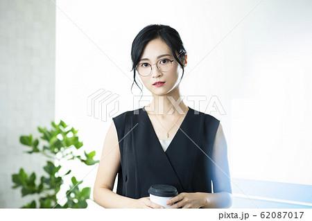 女性 眼鏡 コーヒー 62087017