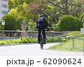 自転車通勤する男性 62090624