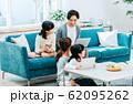 若い家族 62095262