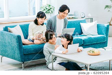 若い家族 62095264