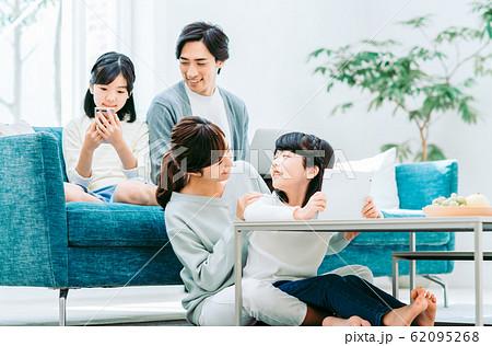 若い家族 62095268