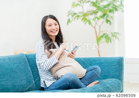 若い女性(スマホ) 62096509