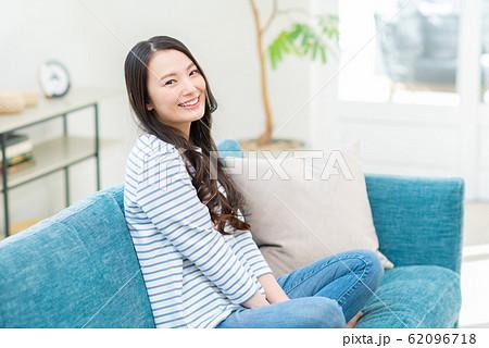 若い女性 62096718