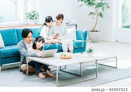 若い家族 62097323