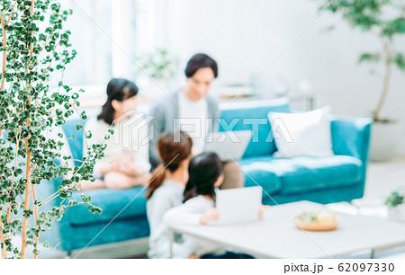 若い家族 62097330