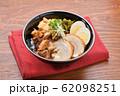 チャーシュー丼。豚の焼豚(叉焼)、ご飯、に高菜漬け、シナチク、ブロッコリースプラウト、味付け玉子。 62098251