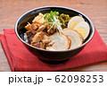 チャーシュー丼。豚の焼豚(叉焼)、ご飯、に高菜漬け、シナチク、ブロッコリースプラウト、味付け玉子。 62098253