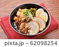 チャーシュー丼。豚の焼豚(叉焼)、ご飯、に高菜漬け、シナチク、ブロッコリースプラウト、味付け玉子。 62098254
