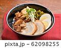 チャーシュー丼。豚の焼豚(叉焼)、ご飯、に高菜漬け、シナチク、ブロッコリースプラウト、味付け玉子。 62098255