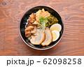 チャーシュー丼。豚の焼豚(叉焼)、ご飯、に高菜漬け、シナチク、ブロッコリースプラウト、味付け玉子。 62098258