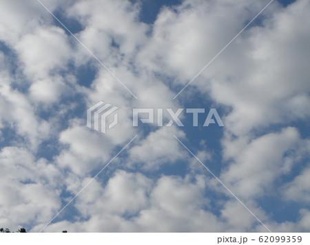 稲毛海岸の2月の青い空と白い雲 62099359