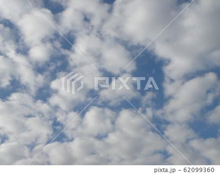 稲毛海岸の2月の青い空と白い雲 62099360