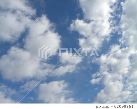 稲毛海岸の2月の青い空と白い雲 62099361