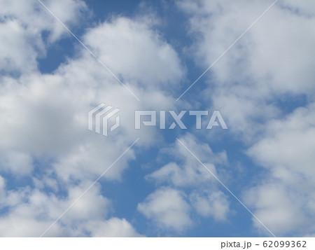 稲毛海岸の2月の青い空と白い雲 62099362