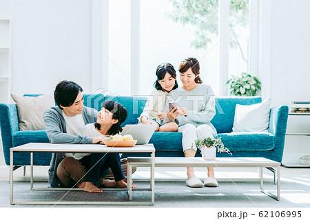 若い家族 62106995