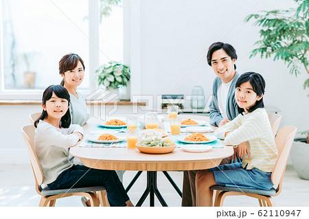 若い家族(食事) 62110947