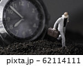 腕時計と走るビジネスマン 62114111