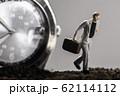 腕時計と走るビジネスマン 62114112