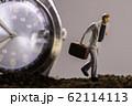 腕時計と走るビジネスマン 62114113