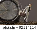 腕時計と走るビジネスマン 62114114