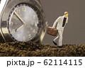 腕時計と走るビジネスマン 62114115