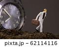 腕時計と走るビジネスマン 62114116