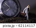 腕時計と走るビジネスマン 62114117