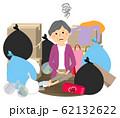 ゴミと高齢者 シニア女性 62132622