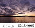 紫色の夕映えの川 62134995