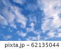 青空に白い雲 62135044