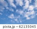 青空に白い雲 62135045