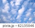 青空に白い雲 62135046